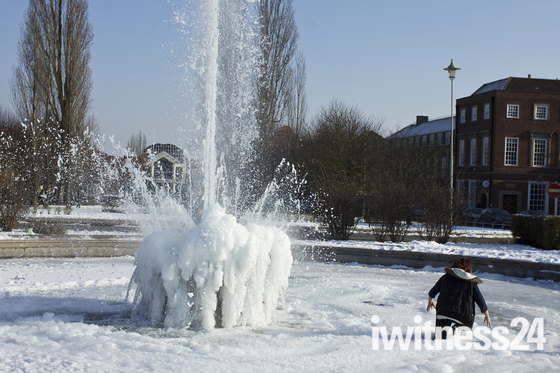 Kid falls through ice in Welwyn garden city fountain