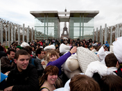 International Pillow Fight Day: a massive pillow fight in front of the Eiffell T