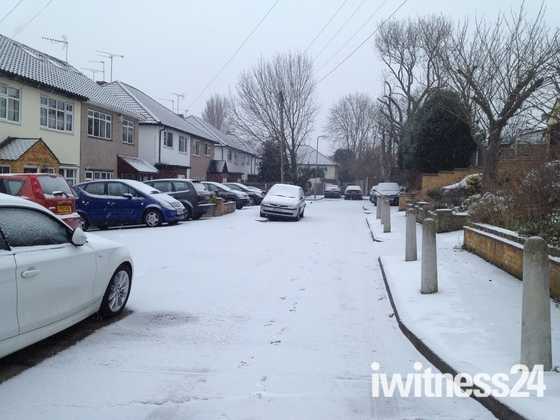 Snow arrives in Hornchurch, Essex