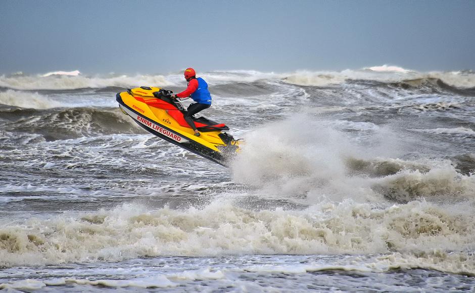 LIFE-GUARD op JETSKI springt op HOGE GOLVEN< Zandvoort