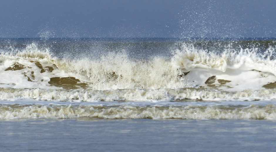 kinderspel in zee, golven, altocumulus