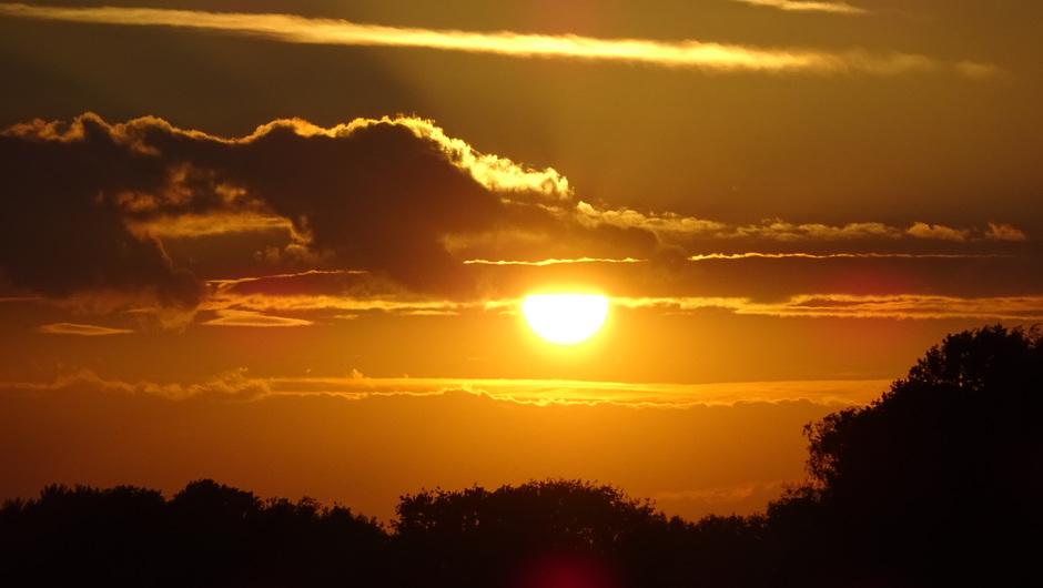 Fraaie zonsondergang met opkomende bewolking, na weer een mooie nazomerdag.