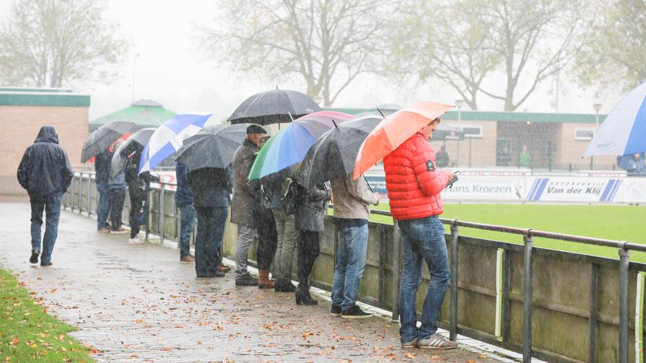 Paraplu hard nodig tijdens de voetbalwedstrijd