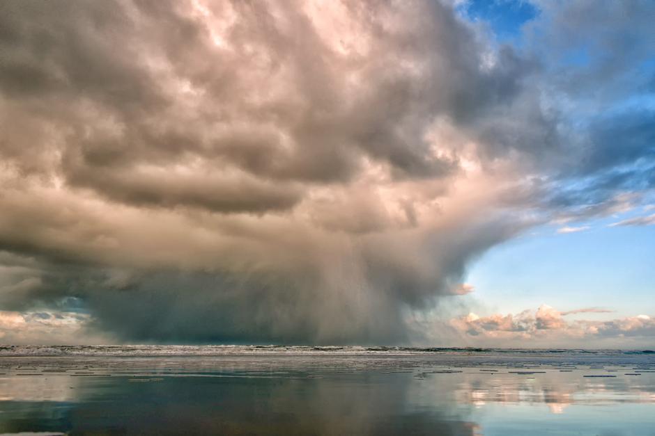 Dreigende lucht boven zee vlak voordat het ging hagelen