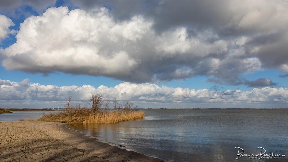 Een verlaten strand in de winter