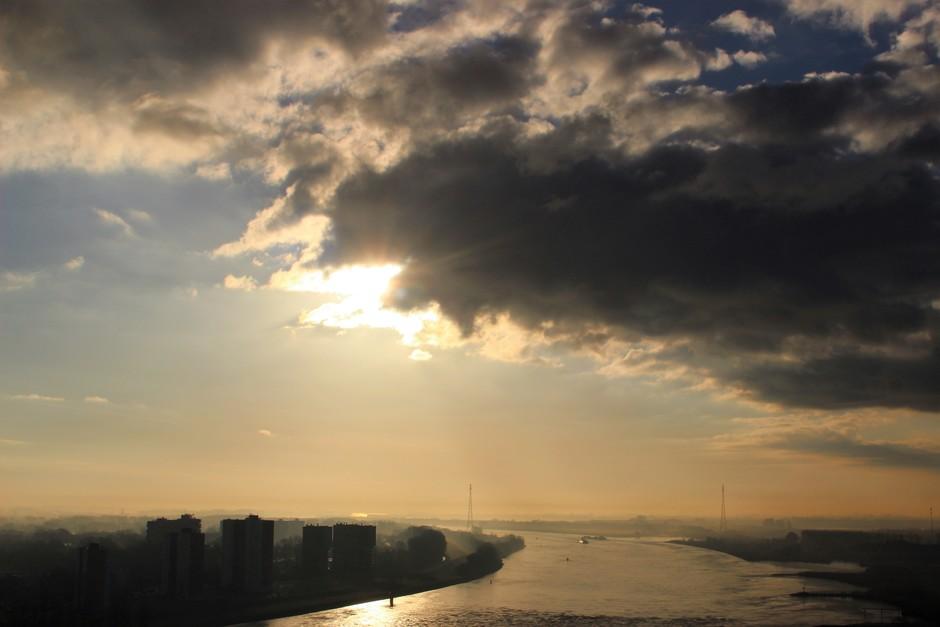 weerfoto van de regio Rijnmond aan de Oude Maas