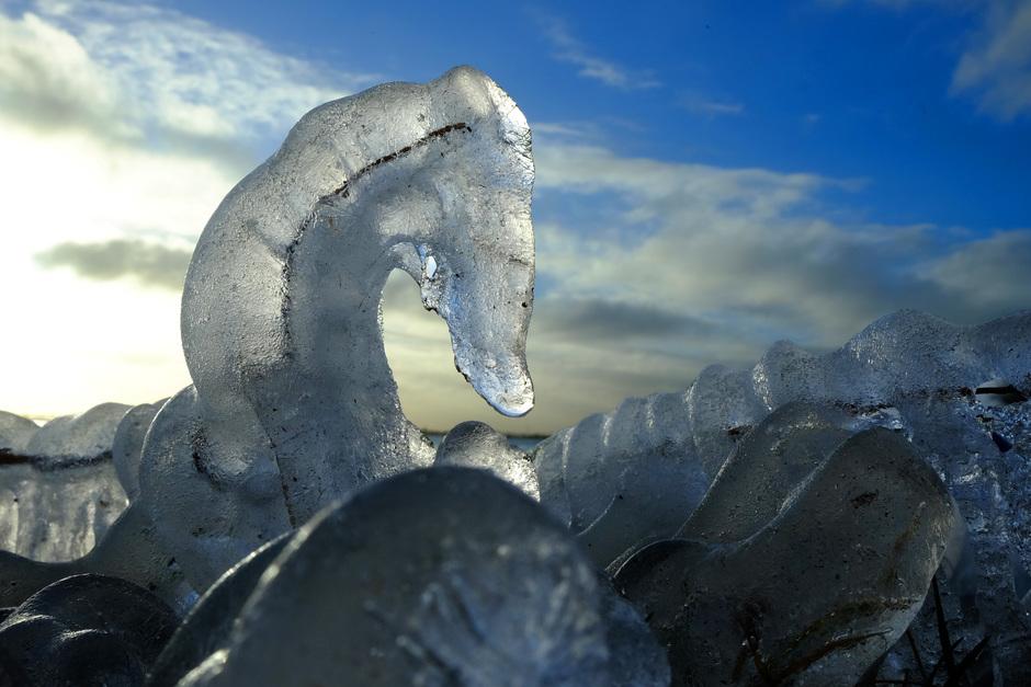 aan dooi ten prooi vallende ijssculptuur