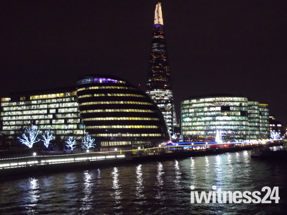 ILLUMINATED ARCHITECTURE ON THE RIVER THAMES IN LONDON