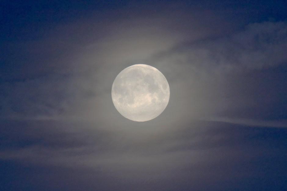 Blauwe maan tussen de sluierbewolking in Schinveld