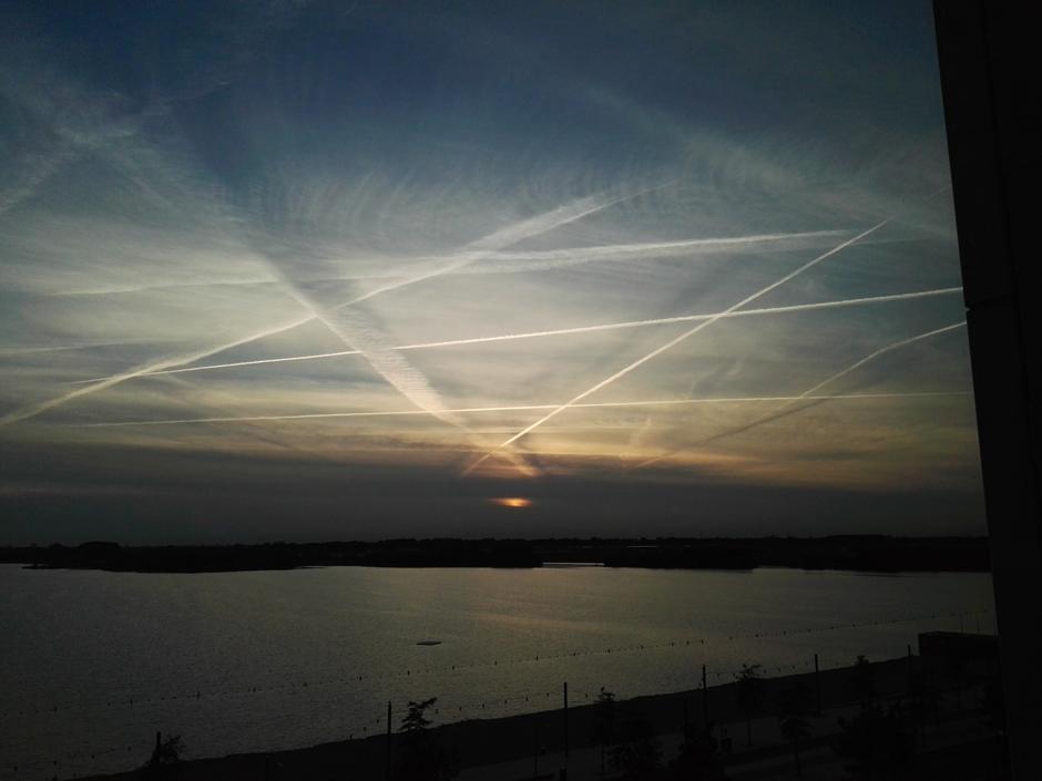 Spitsuur in de lucht bij ondergaande zon.