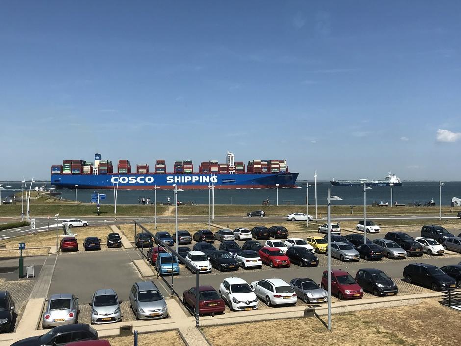 een na grootste schip ter wereld richting havens van Antwerpen