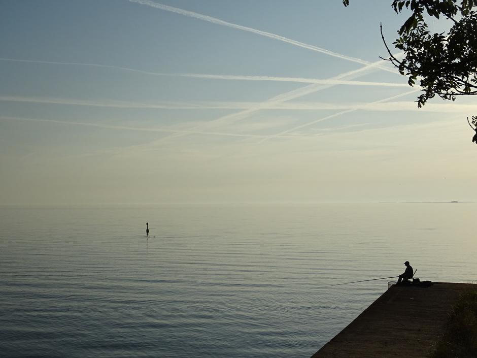Visser aan het vissen in het IJsselmeer om half acht vanmorgen
