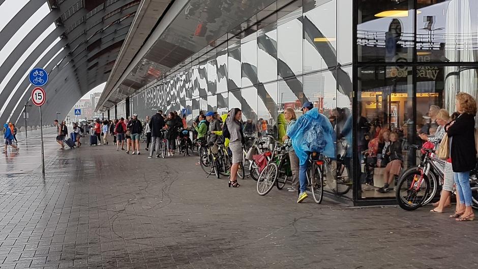 Schuilen voor de regen om 11.00 uur in Amsterdam