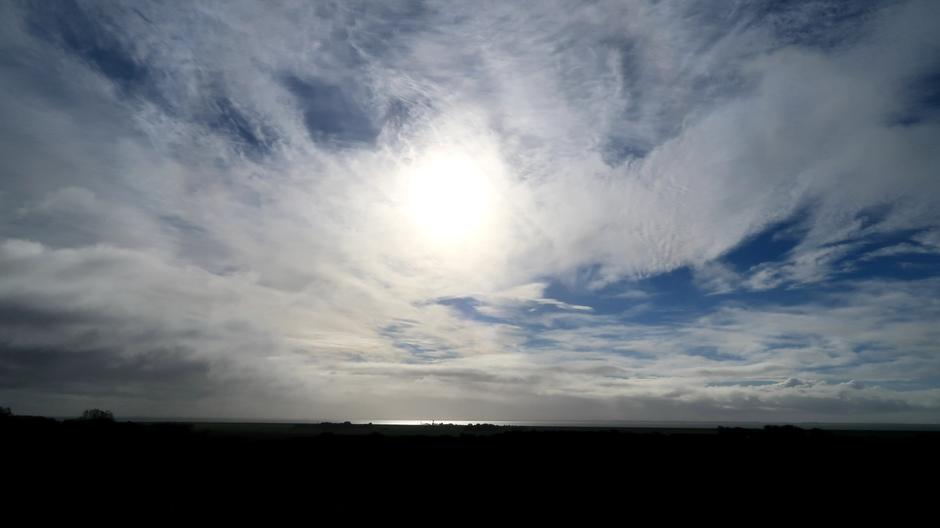 Zon en wolken om 12.00 uur