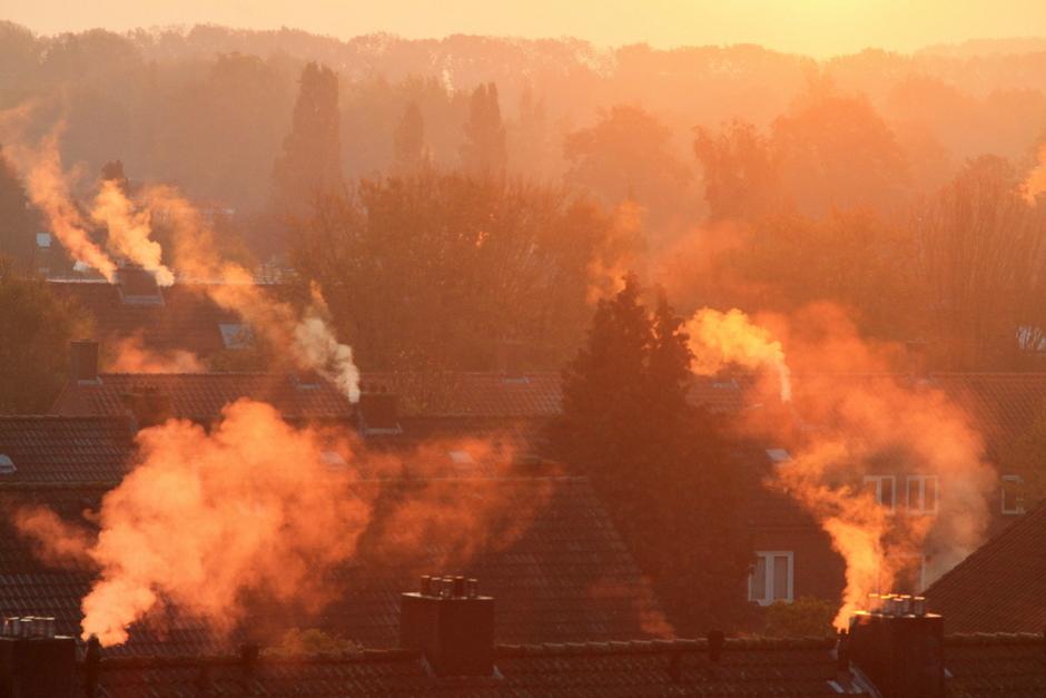 de kou is af te zien aan de rokende schoorstenen bij zonsopkomst