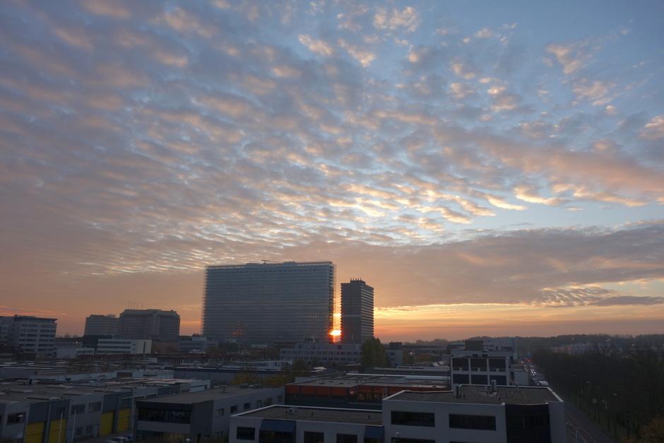 Zonsopkomst met zon en wolken
