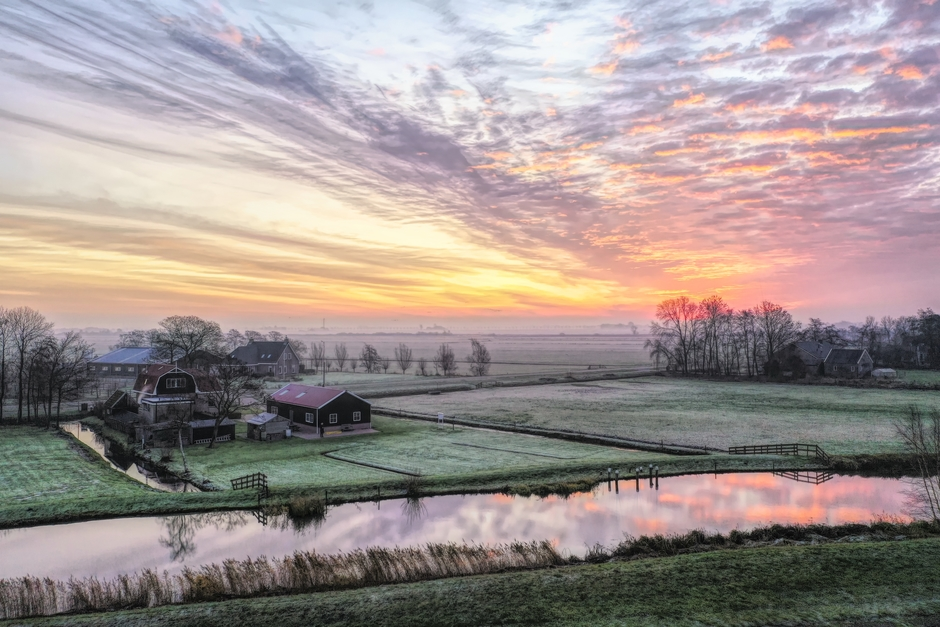 Kleurrijke zonsopkomst in Friesland
