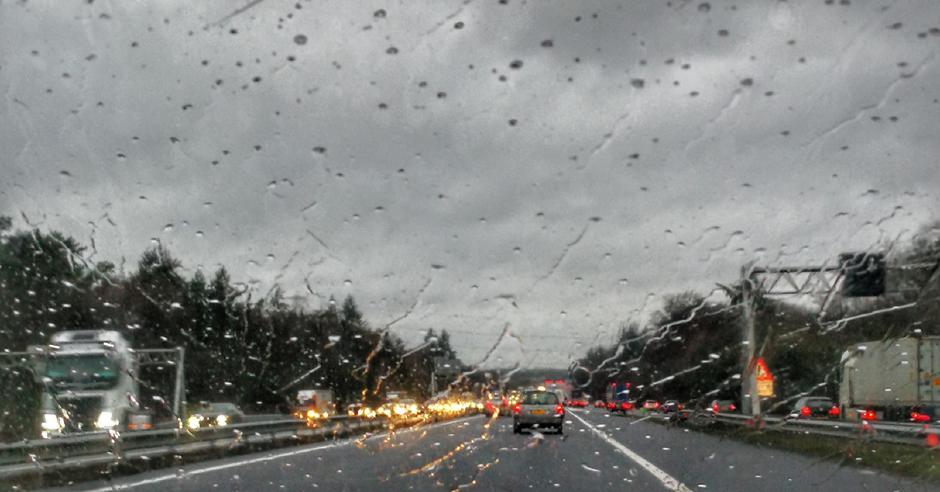 Drukte tijdens een regenachtige avondspits