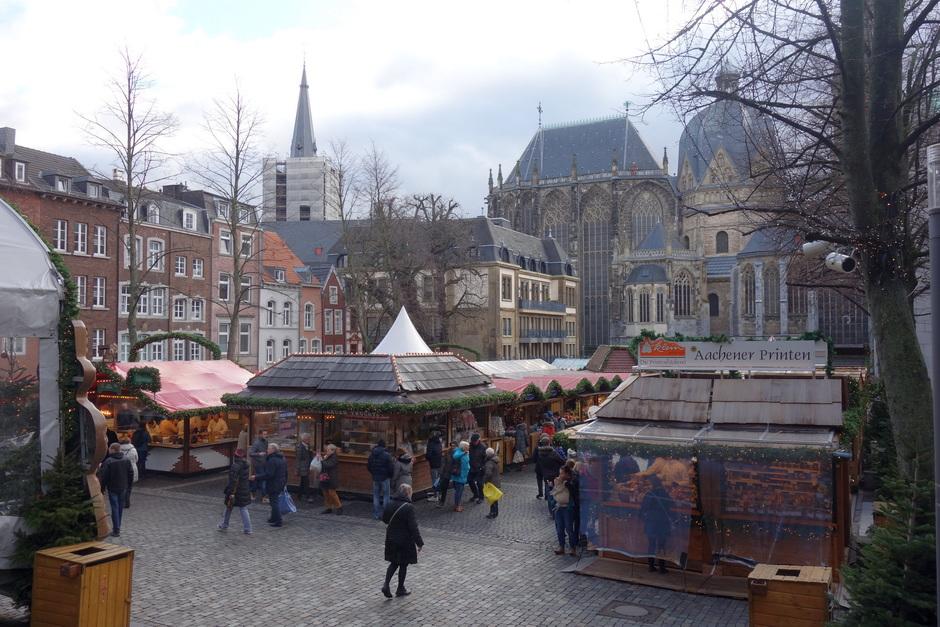 Drukte op de kerstmarkt in Aken
