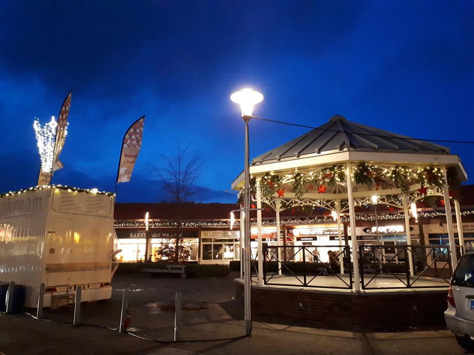 De avond valt en het is heel rustig bij de winkels op het Noordplein in Roelofarendsveen.