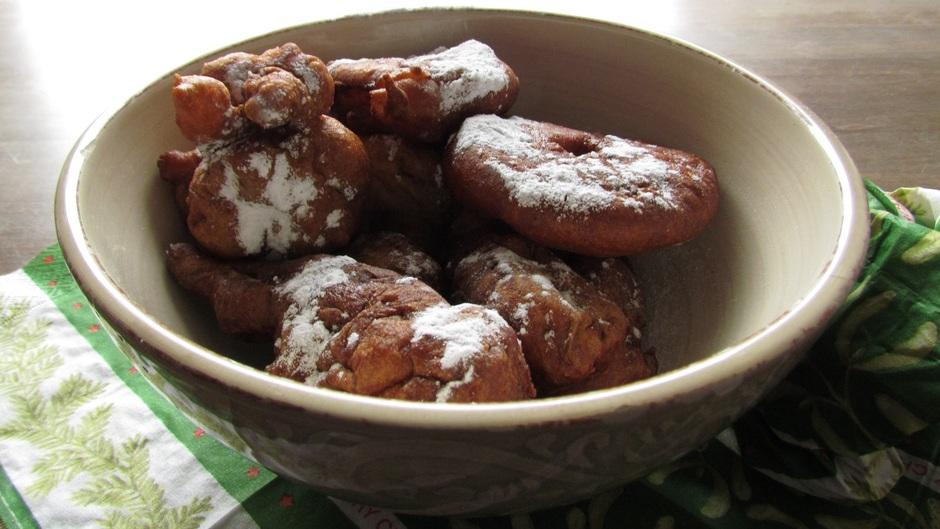 Lekker smullen van de gekegen oliebollen en appelflappen.