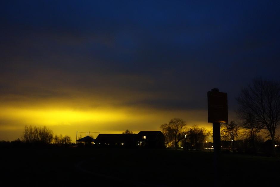 lichtvervuiling door laaghangende wolken en kassen