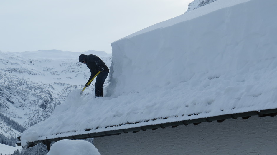 Alpen: sneeuw van dak