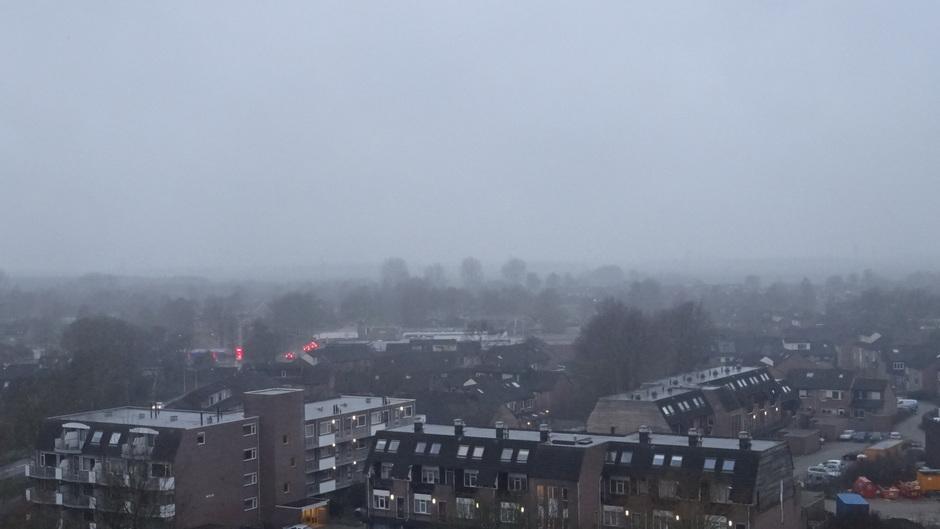 Het is vanmorgen grijs...met buiige regen en vrij veel wind!