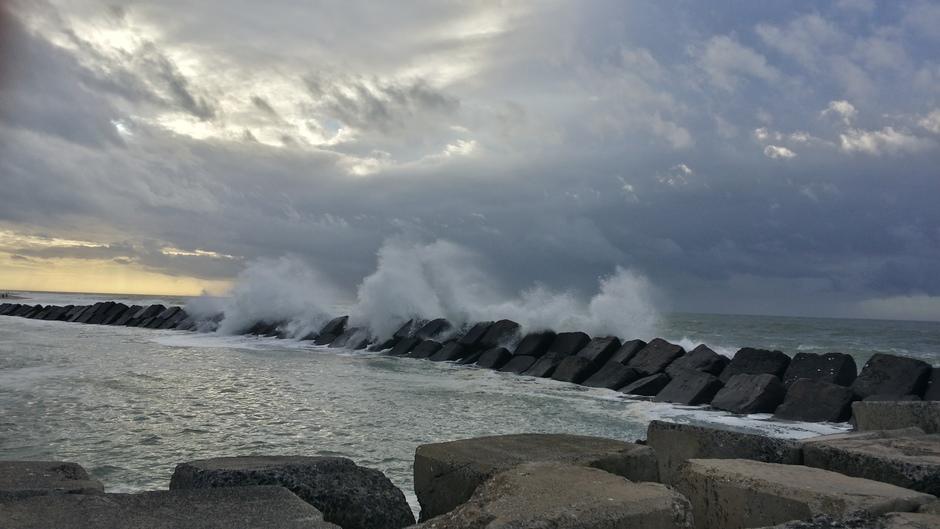 morgen weer grijs  en veel wind aan zee