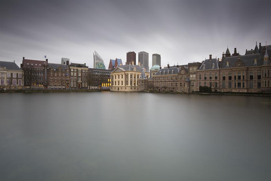 Harde wind en zwaar bewolkt in Den Haag
