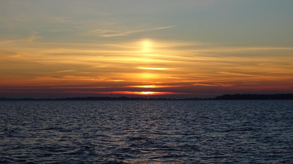 Een mooie zonsondergang vanavond met zonnezuil