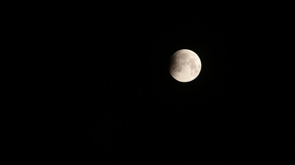 Hapje uit maan: begin maansverduistering 21-01-2019