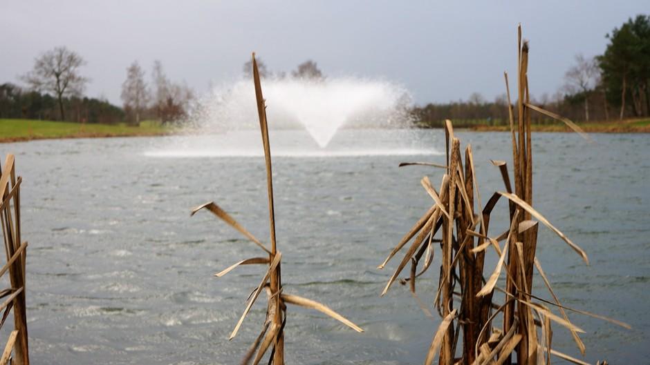 Wind slaat onder water van de fontein