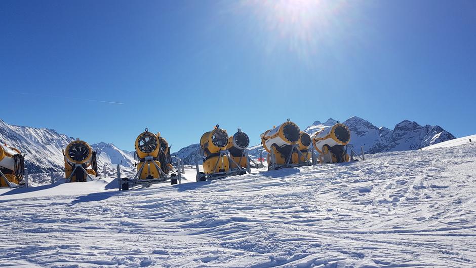 Sneeuwkannonen staan er werkloos bij