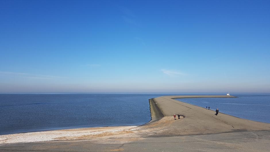 Op de warmste februari-dag ooit, uitwaaien op de pier