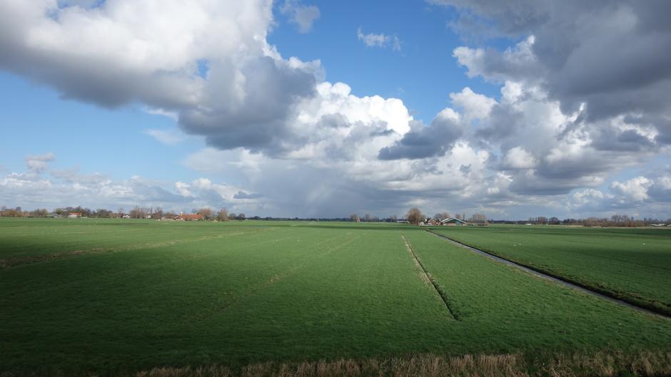 Opklaring, wolken en buien in een shot