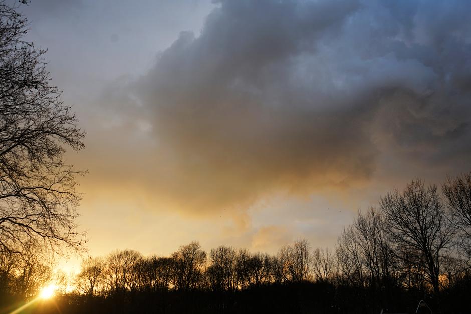Dreigende wolken bij zonsondergang