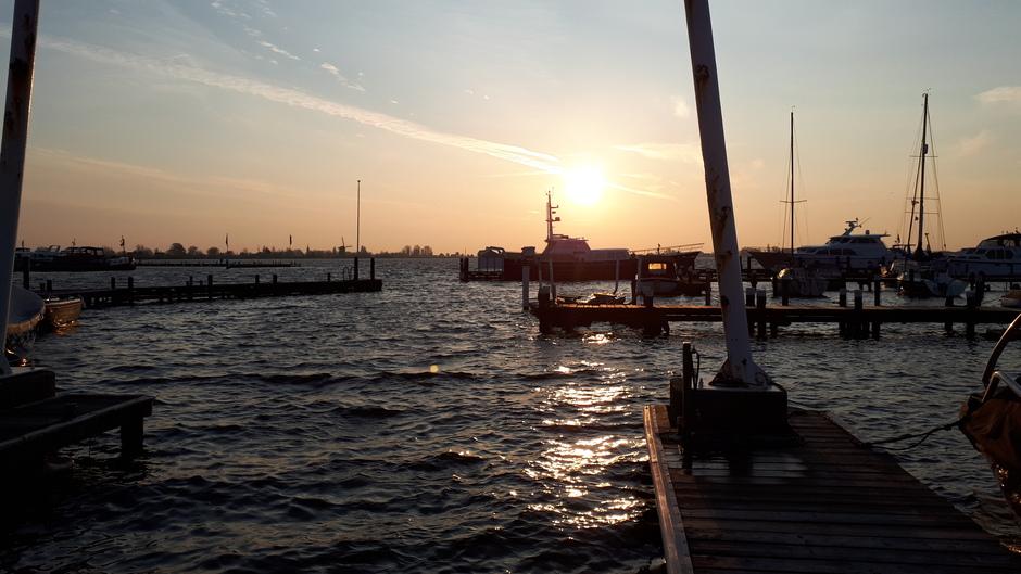 zonsopkoms en koude wind langs het Braassemmermeer