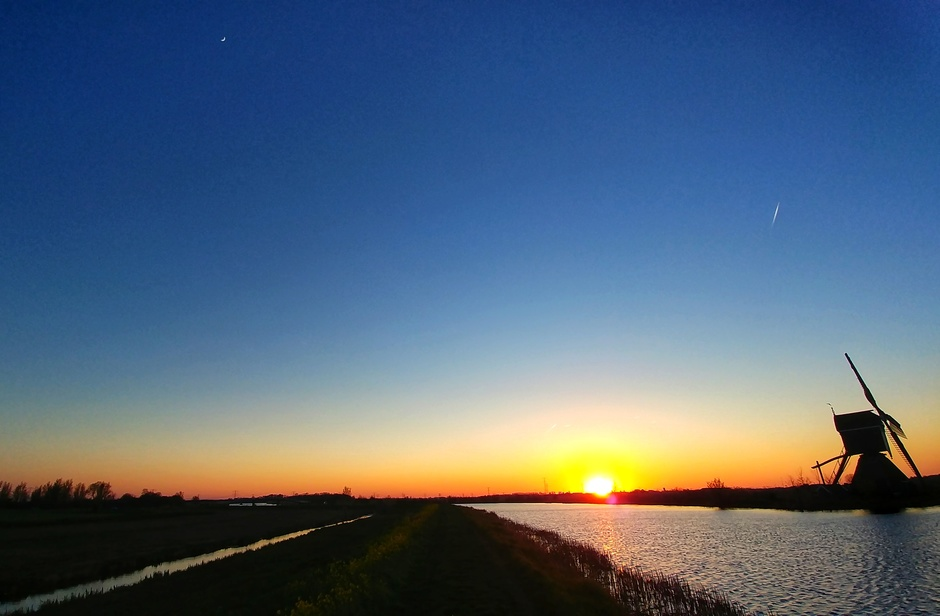 Zonsondergang en maansikkel erbij