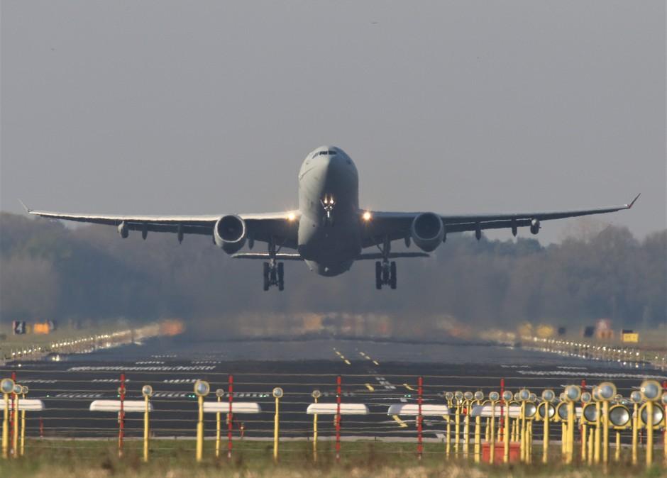 20190411 Engelse  Luchtmacht A330 tankvliegtuig bij vertrek van vlb Eindhoven ter ondersteuning van de oefening FrisianFlag, bij mooi zonnig weer.