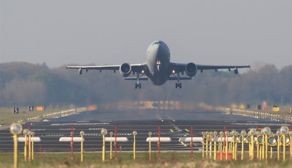 20190411 Duitse Luchtmacht A310 tankvliegtuig bij vertrek van vlb Eindhoven ter ondersteuning van de oefening FrisianFlag, bij mooi zonnig weer.
