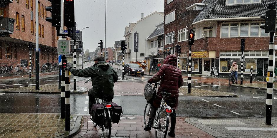 Straatbeeld koud, grijs en natte sneeuw