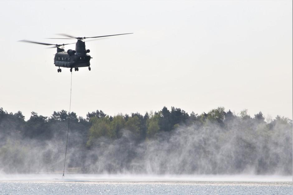 20190415 'Bambi-bucket' training van Chinooks van de Koninklijke Luchtmacht nabij Eindhoven