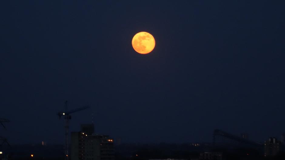 Grote felle maan