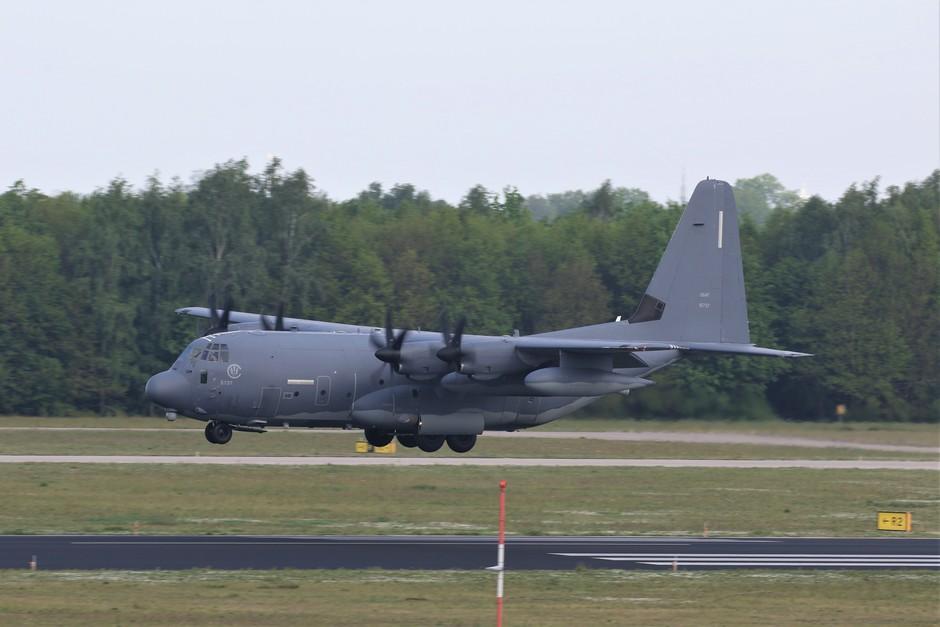 20190426 MC-130J van de Amerikaanse Luchtmacht tijdens de landing op vliegbasis Eindhoven