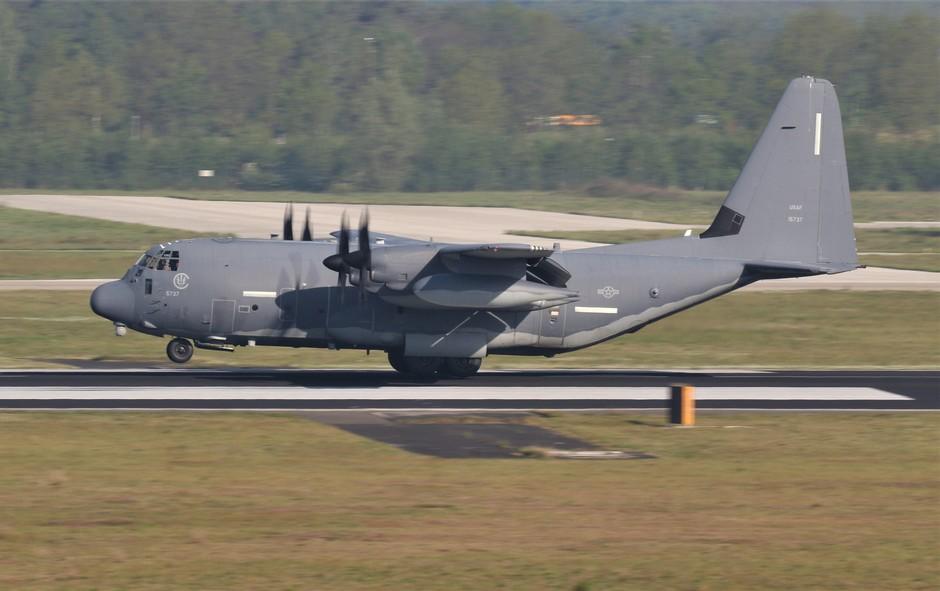 20190429 Een MC-130J van de amerikaanse luchtmacht tijdens de landing op vlb Eindhoven