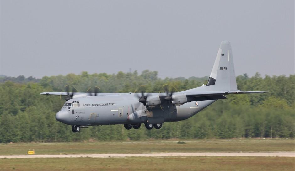 20190429 C-130 Hercules van de Noorse Luchtmacht tijdens de landing op vlb Eindhoven