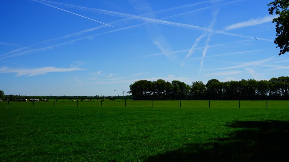 Blauwe lucht met vliegtuigstrepen