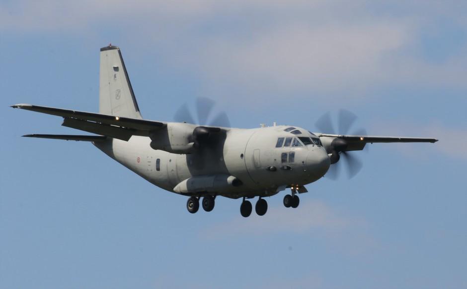 20190415 Italiaans transport vliegtuig C-27 tijdens de landing op Vlb Eindhoven