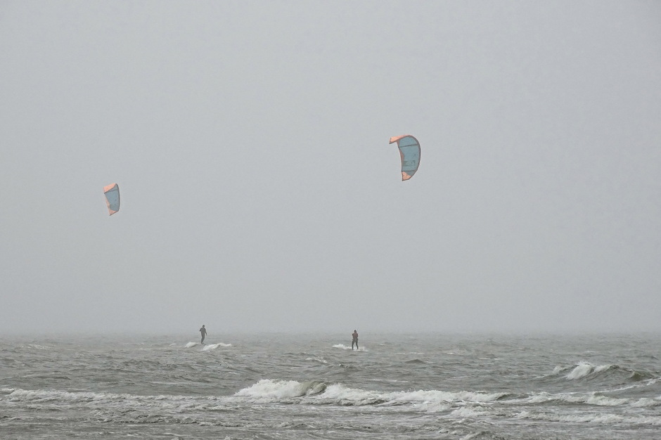 laaghangende bewolking surfs
